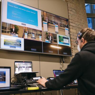 Der Techniker hat alle Kameras während der digitalen Informationsveranstaltung im Blick