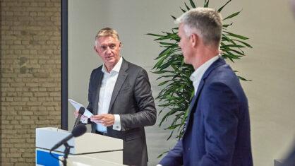 Moderator Klaus Lintemeier (links im Bild) stellt bei einer vergangenen Informationsveranstaltung eine Zuschauerfrage an Projektleiter Peter Grüschow| Bildnachweis: Saskia Uppenkamp