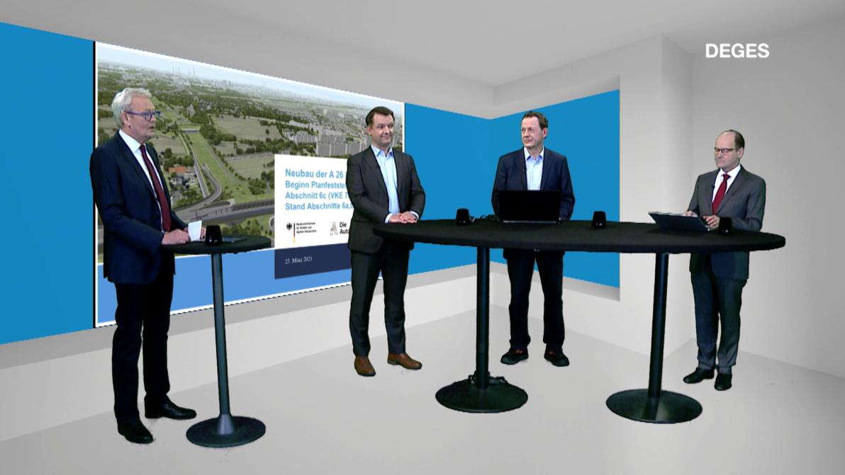 4 Menschen in Anzügen in einem virtuellen Studio an Stehtischen