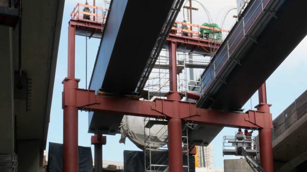 Die Stahlträger der Schwelmetalbrücke werden in die endgültige Position abgesenkt
