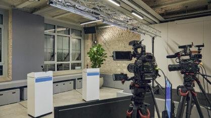 Blick ins Studio einer digitalen Informationsveranstaltung