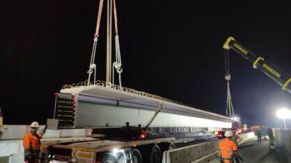 Schwertransporte brachten die Träger zur Brücke.