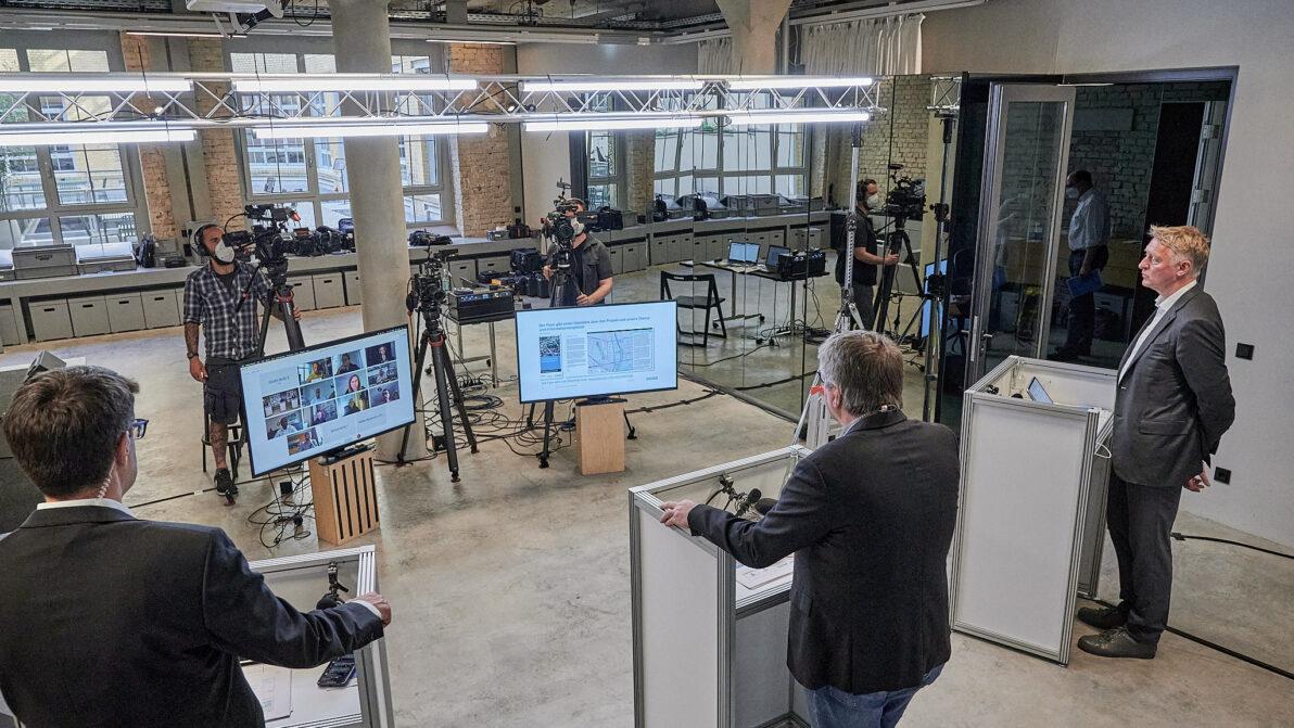 Im Studio und remote standen die Experten der DEGES Rede und Antwort