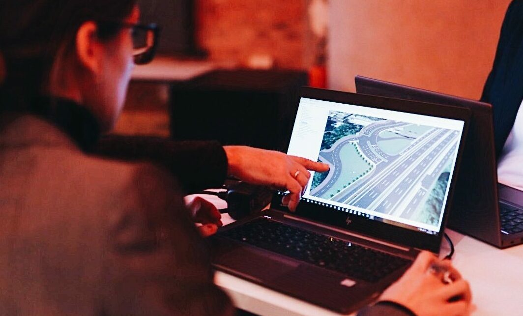 Frau vor Computer mit Bauwerkszeichnung