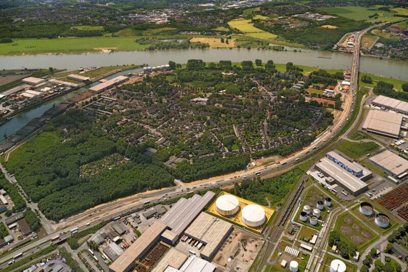 Aus der Luft sind die vorbereitenden Arbeiten für die Erweiterung der Autobahn A 40 und den Ersatzneubau der Rheinbrücke gut zu erkennen.