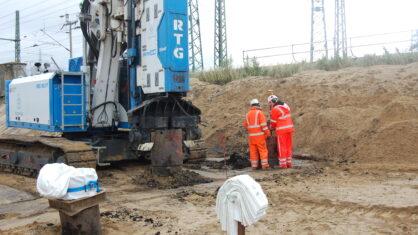 Mäkler, davor 2 Bauarbeiter