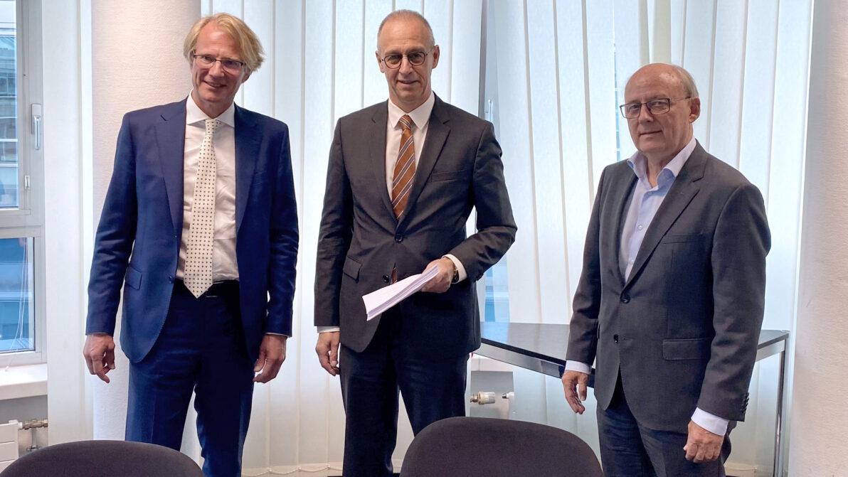 Vertragsunterzeichnung mit Arnaud Judet vom Auftragnehmer sowie den DEGES-Geschäftsführern Dirk Brandenburger und Wolf-Dieter Friedrich
